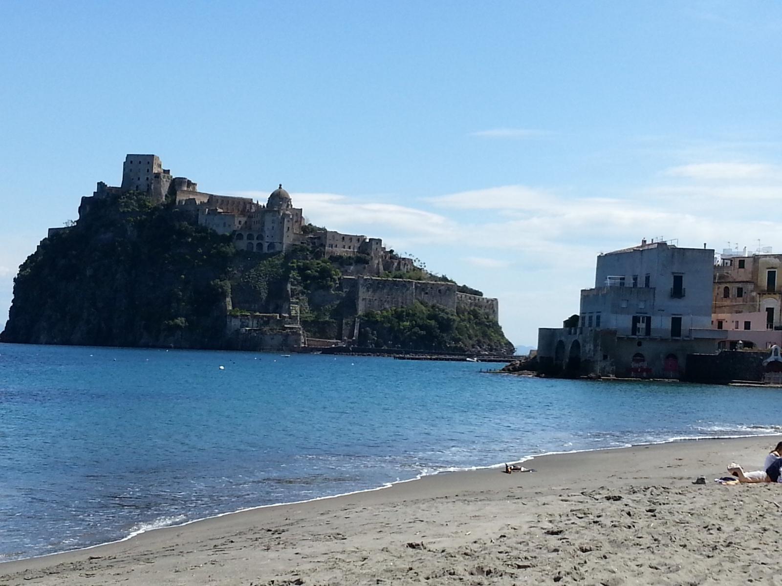 ischia-il-castello-dalla-spiaggia-dei-pescatori