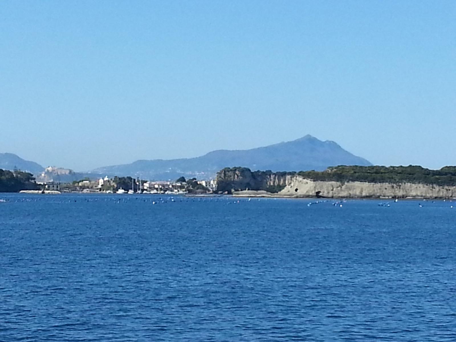 napoli-bacoli-mare-morto-il-porto-della-fotta-augustea-sullo-sfondo-procida-e-ischia-epomeo